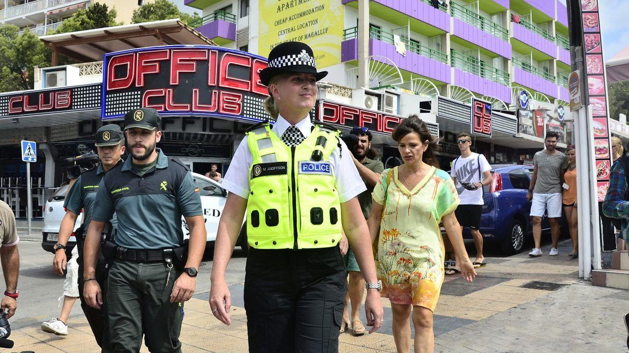 La víctima de la Manada de Manresa dice que estaba atemorizada.Policía británica y guardias civiles patrullando por las calles de Magaluf