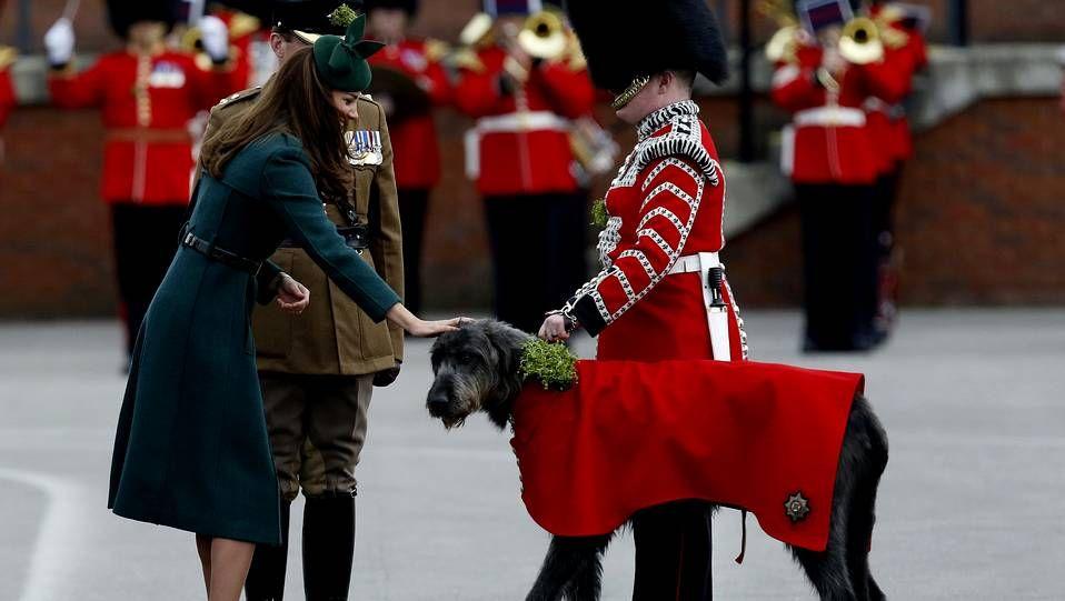Kate Middleton se «pone» verde.El traje de su pedida de mano.