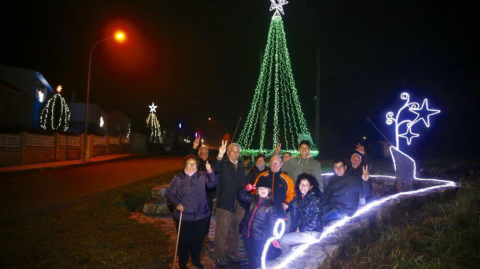 Cardecide, la aldea que ilumina las Navidades de Cuntis.En la Domus coruñesa puede contemplarse una versión de la «Gioconda», de Leonardo da Vinci, realizada con más de diez mil fotografías de personas de 110 países