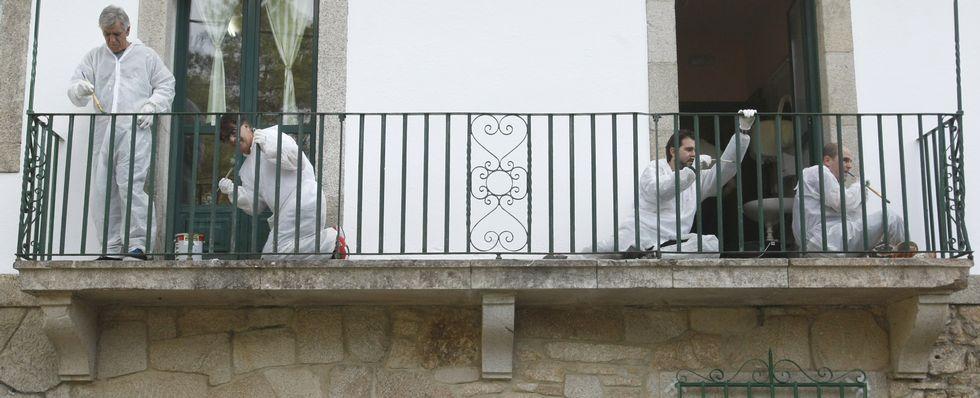 Técnicos de la empresa farmacéutica Janssen pintan de forma altruista el pazo de A Laxe en colaboración con Lar.