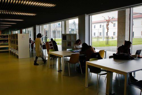 Biblioteca Pública de Ourense.La fachada acristalada aporta luminosidad