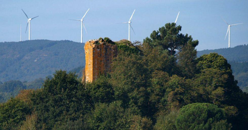 <span lang= es-es >O pouco que queda hoxe en pé</span>. Imaxe actual dos restos da torre de Arcos, cos aeroxeradores do parque eólico do Monte Faro ao fondo.