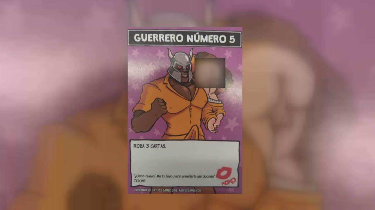 Carta «Guerrero Número 5», que porta en brazos a un preso con los pantalones bajados y el culo en pompa, imagen que hemos pixelado