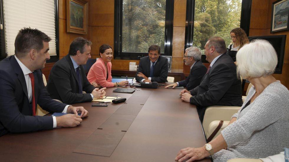 El presidente del Principado, Javier Fernández, y el rector de la Universidad de Oviedo, Santiago García Granda, firman el contrato-programa.Primera reunión de responsables de IU con el Gobierno sobre el presupuesto