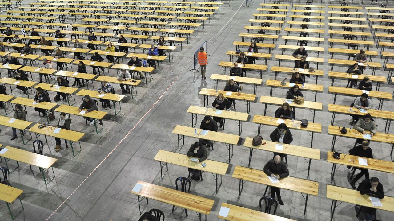 Oficinas de la Renta Social Municipal en El Coto (Gijón).Candidatos realizando un examen de oposición en Lalín