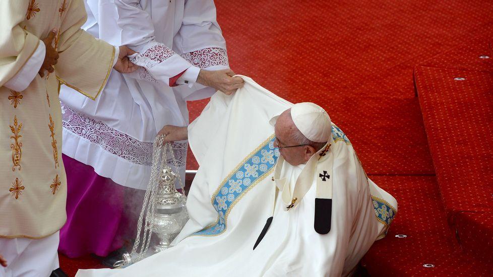 El Papa se cae durante la misa de las Jornadas de la Juventud.Escuela de Ratisbona