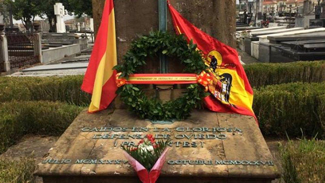 El prior deniega el acceso para exhumar a Franco.La tumba común de la Hermandad de Defensores de Oviedo en el cementerio