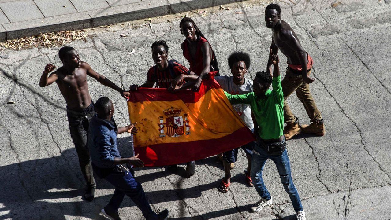 La Guardia Civil identifica a los inmigrantes que atacaron a varios agentes mientras saltaban la valla de Ceuta.El ayuntamiento limpia las pintadas racistas de la pista Finlandesa