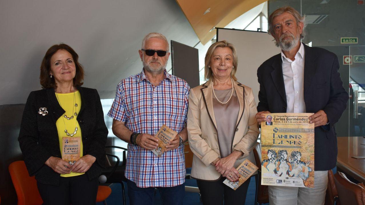 Borrell renuncia a ser eurodiputado.De izquierda a derecha, Esperanza Piñero y Xoán Rubia, del Club de Prensa, junto a la vicerrectora Araceli Torres y el profesor Alberto Sucasas