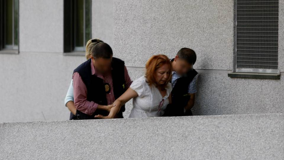 La pareja del Francisco Rodríguez, en la entrada de los juzgados en Lugo.