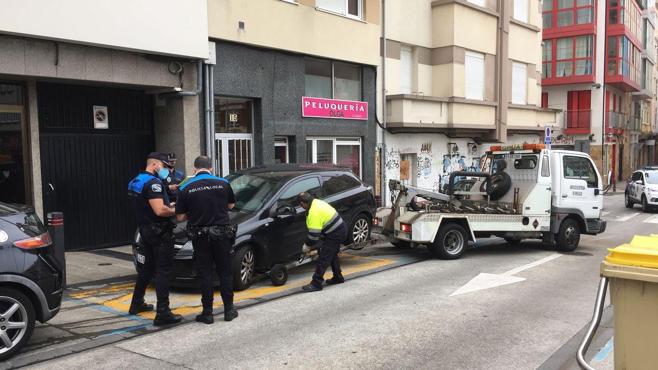 Los agentes se llevan un coche sin seguro ni la ITV que estaba estacionado en un vado