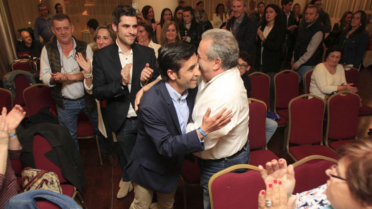 Rey Varela se abraza con simpatizantes del PP ferrolano
