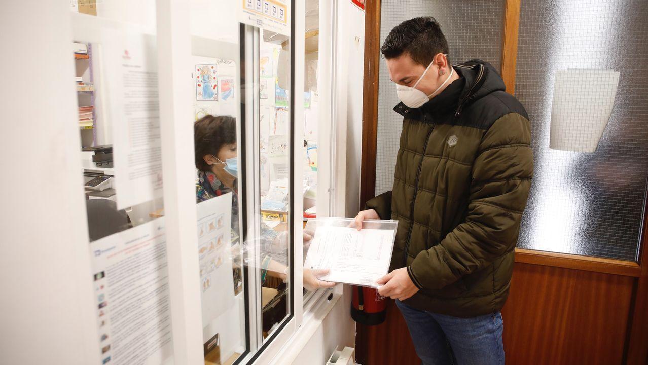 caritas.Trabajadores del Banco Sadabell de Asturias, León y Galicia donan tablets a 80 familias en riesgo de exclusión social.