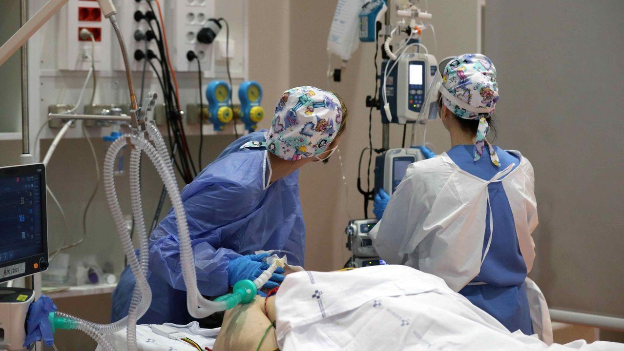 Una sanitaria atiende a un paciente ingresado en la uci del Hospital de Basurto en Bilbao