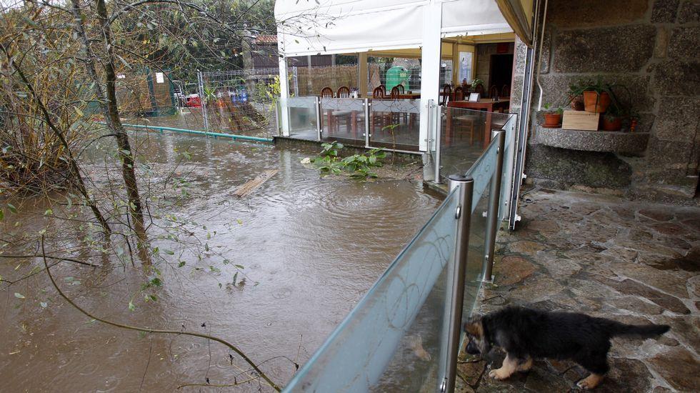 En Ponte Maceira, el nivel del río Tambre subió casi dos metros en las últimas 24 horas. Hay preocupación entre los vecinos ante el riesgo de inundación.