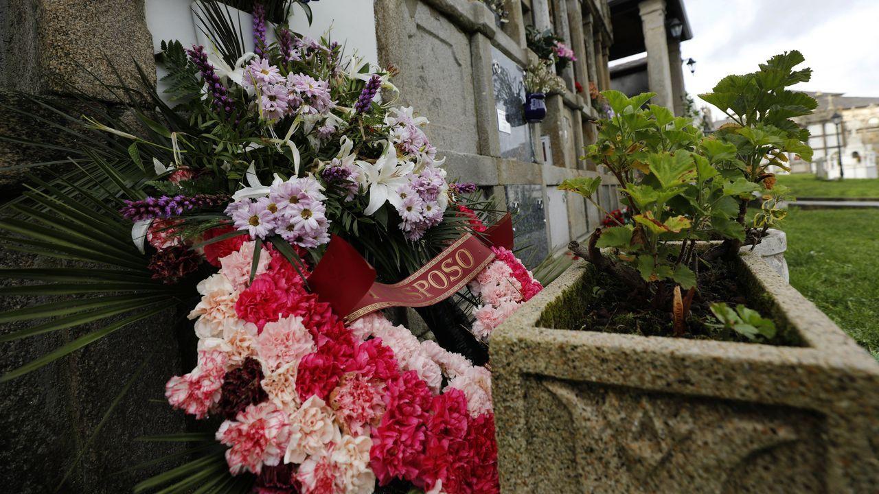En medio, el entierro equivocado de «Rogelia, en lugar de Concepción» en Xove. La información dio la vuelta al mundo. Un error de identificación provocó que se diese por muerta a Rogelia Blanco en Xove, con funeral y entierro incuidos, cuando en realidad la fallecida fue Concepción Arias, vecina de Xove de 90 años. Recibió sepultura en el pequeño cementerio de Xuances