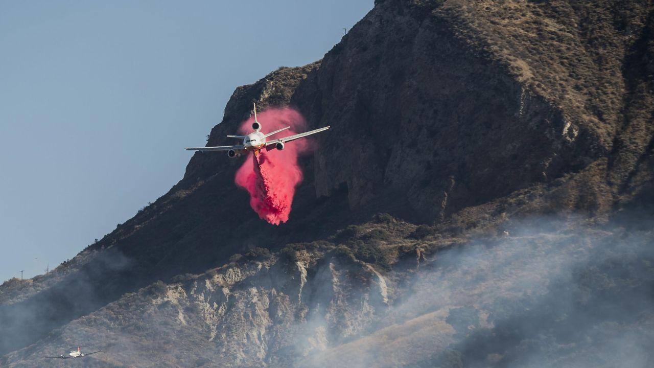Así actuó la madre que salvó a sus hijas.Un avión arroja retardantes del fuego sobre las colinas cerca de Ventura