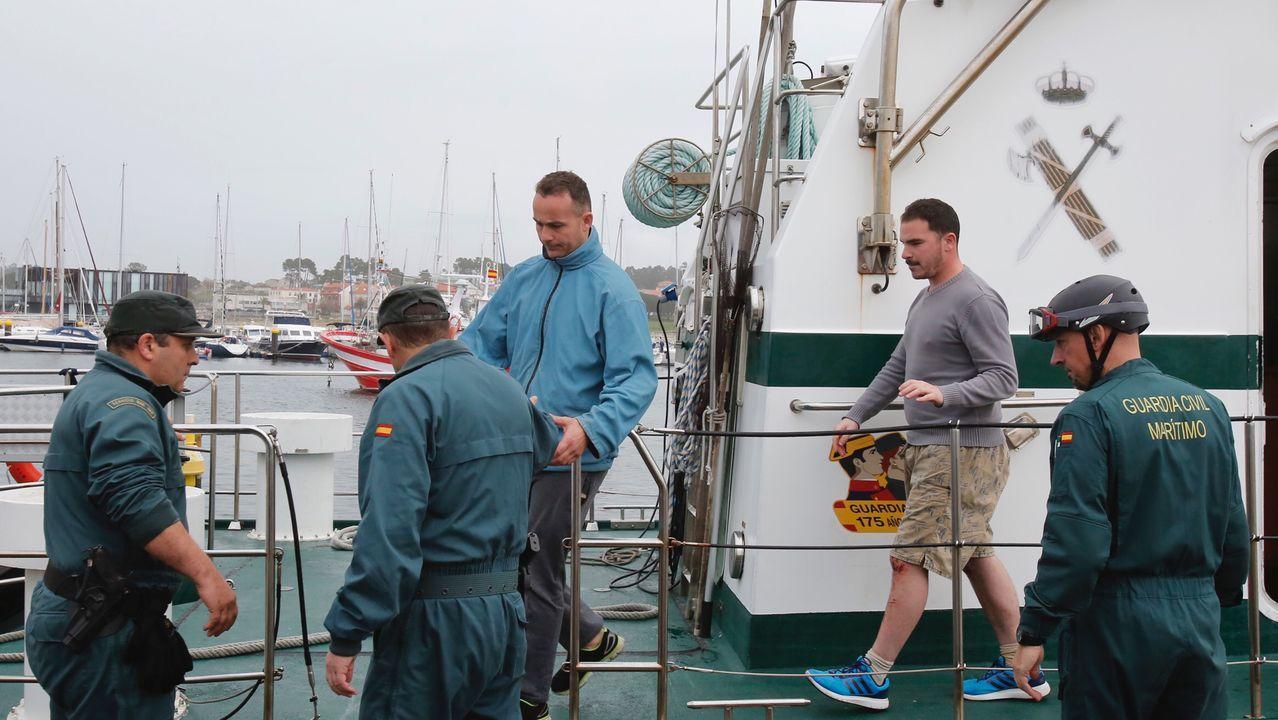 Supervivientes del naufragio de la planeadora Rosa desembarcando en Portonovo
