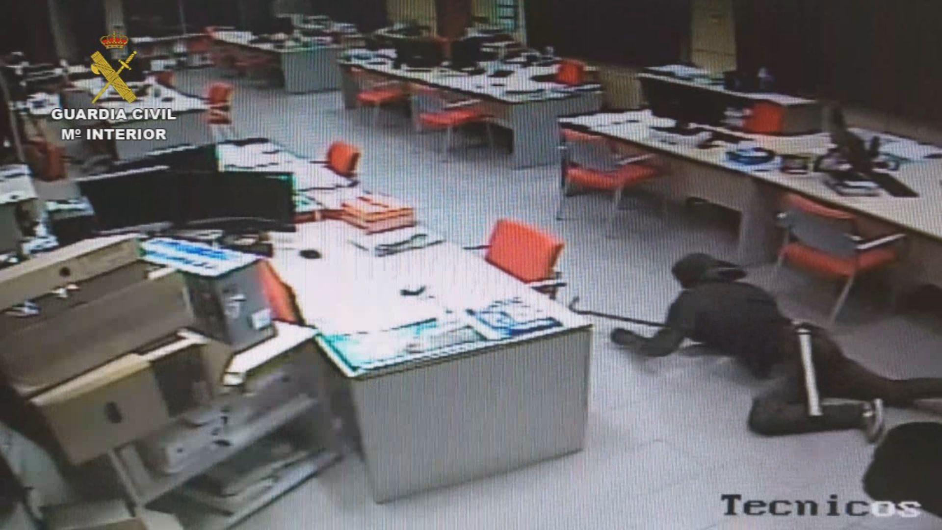 Cámaras de seguridad captan in fraganti a uno de los ladrones.Un operario hace labores de limpieza en un monte pontevedrés