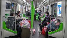 El metro vuelve a funcionar en Wuhan. Sus pasajeros usan mascarillas para evitar contagios