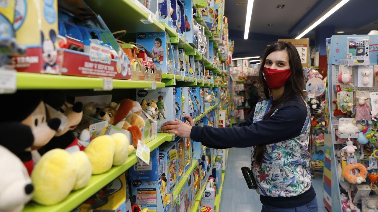 Estanterías de juguetes en la tienda Bahía en Foz esta semana (en la imagen, su encargada Cristina)