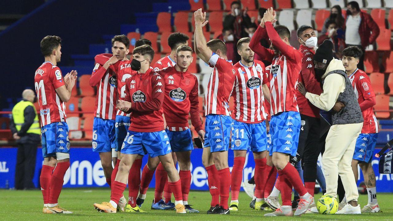 La afición despide a Cd Lugo que viaja para jugar contra el Rayo Vallecano.Rubén Albés, en la banda del Ángel Carro