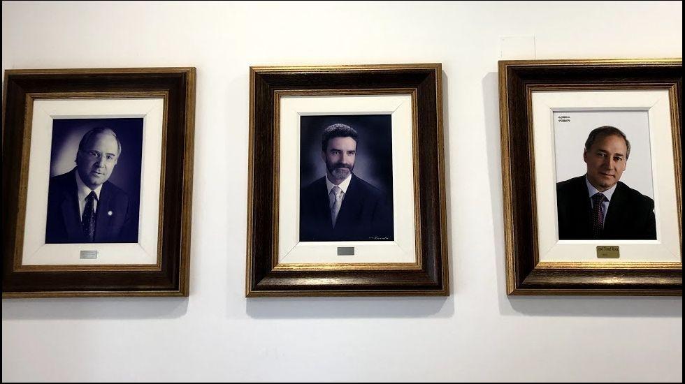 Los candidatos de PP de Monforte y sus propuestas para el Hotel Comercio. Con el retrato de José Tome (a la derecha) se completa el trío de regidores del siglo XXI en la galería de retratos de alcaldes del Ayuntamiento de Monforte