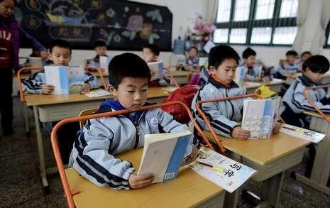 <span lang= es-es >Un aprendizaje difícil</span>. De la dureza de la enseñanza en China es ejemplo el proyecto piloto llevado a cabo en Wuhan, en la provincia de Hubei, donde se han instalado unas barras para evitar que los alumnos se echen encima de las mesas al escribir. El objetivo es reducir el riesgo de miopía en los niños.