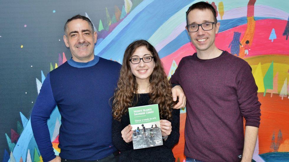 Vicente Blanco, Rocío Modia e Salvador Cidrás, co libro «Educar a través da arte», que saíu á venda hai poucos meses