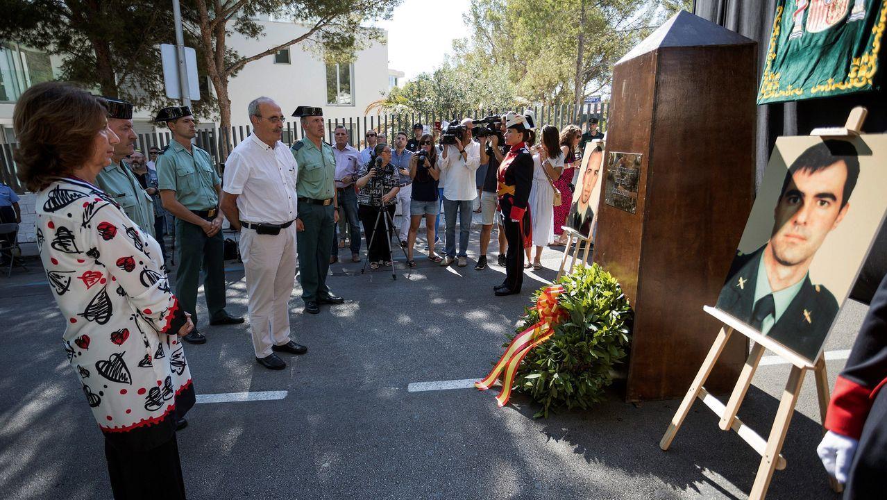 Recuerdo a los últimos asesinados por los terroristas. Decenas de personas homenajearon  en Palmanova (Mallorca) a Diego Salvà y Carlos Sáenz, los dos últimos asesinados por ETA en España, que murieron al estallar una bomba lapa en su coche policial el 30 de julio del 2009