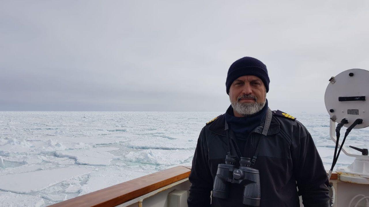 Emilio Regodón es el capital del buque de investigación oceanográfico Hespérides. En la imagen cruzando el Mar de Weddell, el mayor generador de icebergs del planeta.