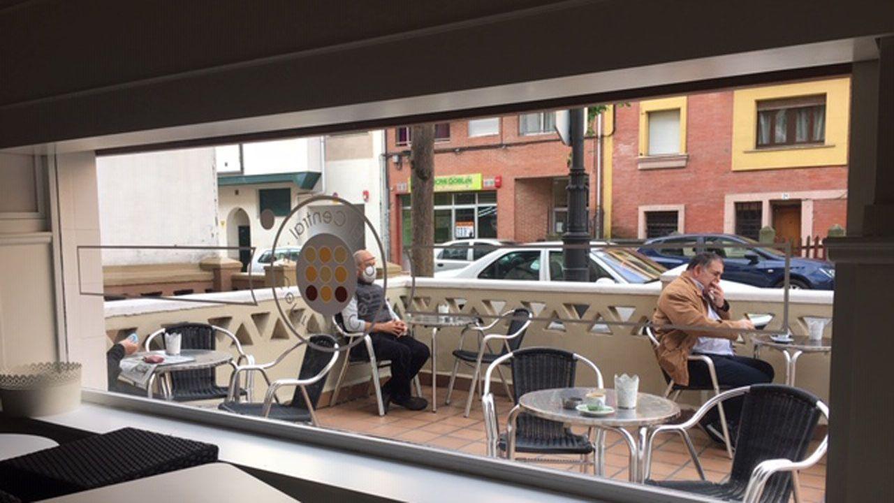 Mesas en la terraza en un bar de Oviedo