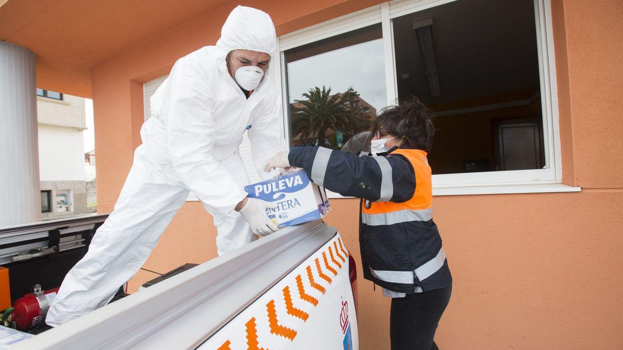 Reparto de alimentos y material escolar por parte de Protección Civil en Cabana