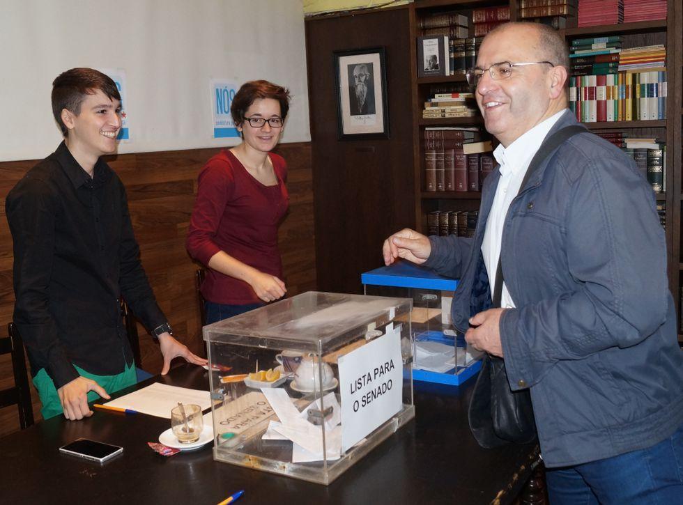 O concelleiro ribeirense Vázquez Cobas acudiu a votar<span lang= es-es >. </span>