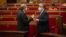 Quim Torra conversa con el presidente del grupo de Junts en el Parlamento catalan, Albert Batet, durante el pleno celebrado este miércoles