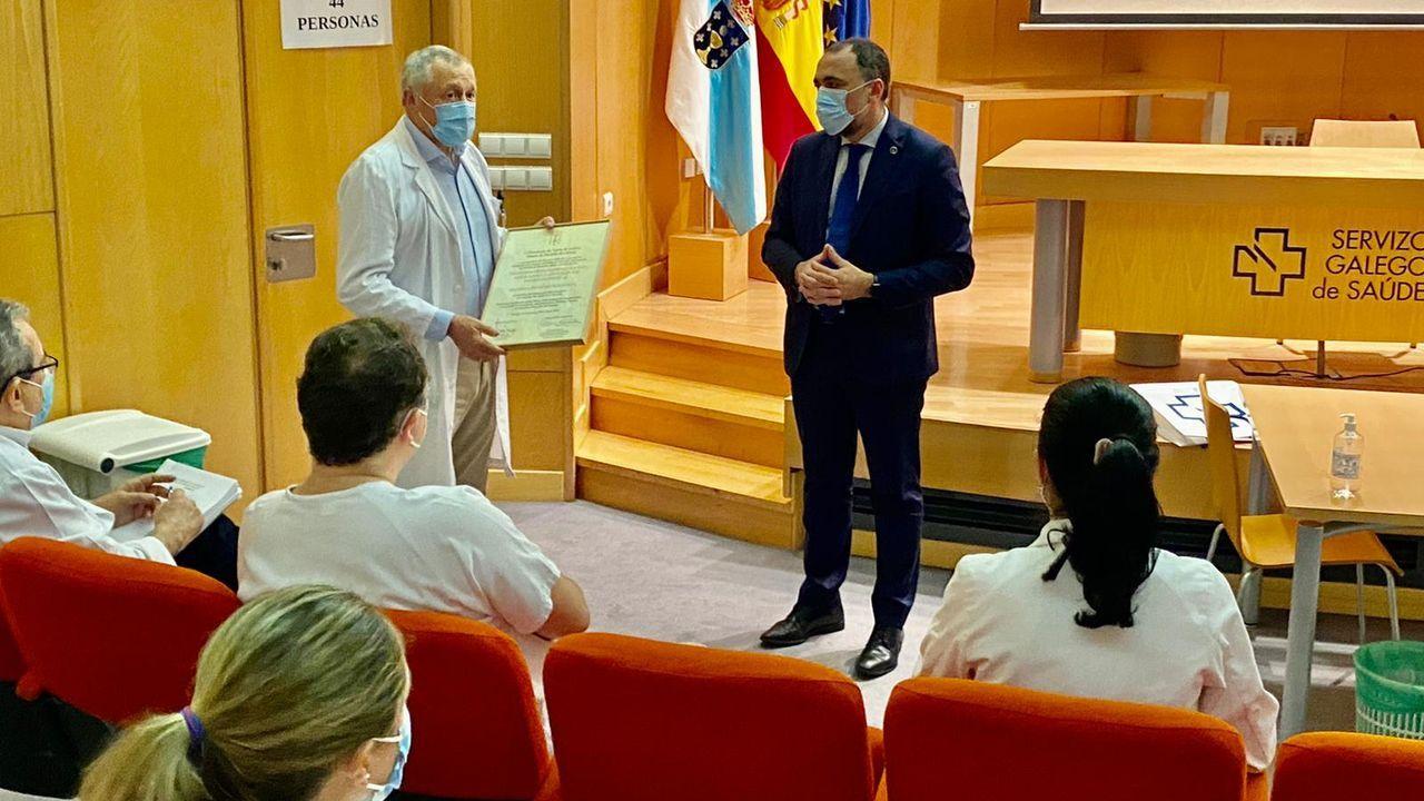 El gerente del área sanitaria de Pontevedra y O Salnés recibe el diploma de la Medalla de Ouro de Galicia de manos del conselleiro de Sanidade
