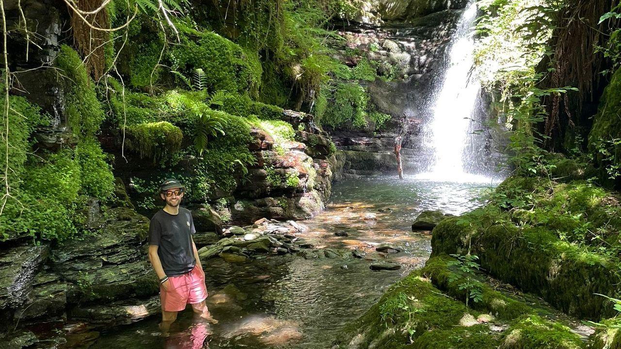Horacio García no río Ferreiriño, un dos cursos de auga do xeoparque Montañas do Courel que son estudados no proxecto que dirixe