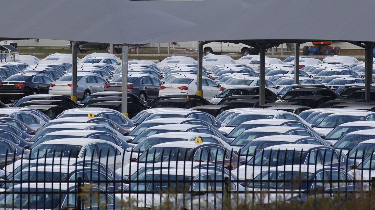 El coche eléctrico avanza en Galicia a un ritmo de una matriculación al día.Trabajadoras de la firma de moda infantil Pili Carrera en la fábrica de Mos