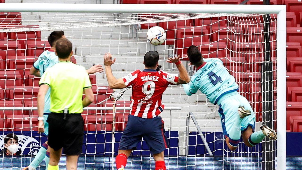 Róber trata de evitar el remate de Suárez en el encuentro entre el Atlético y el Levante
