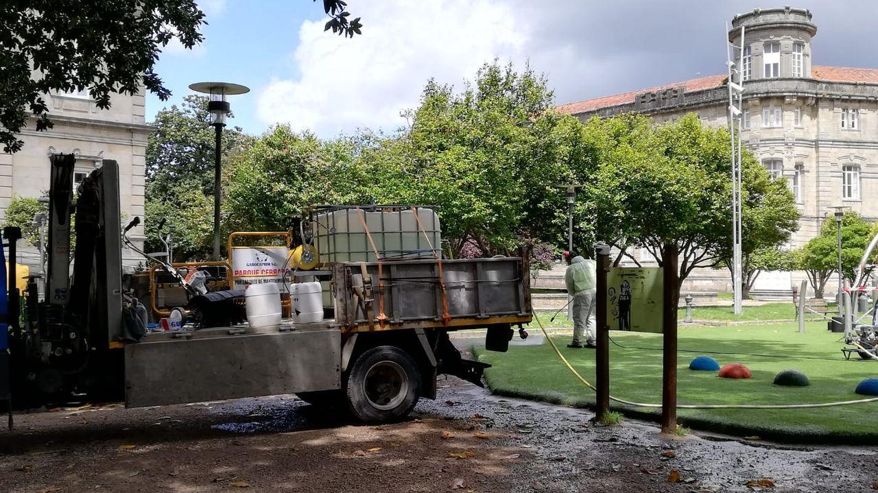 Labores de limpieza y desinfección del parque infantil de Las Palmeras