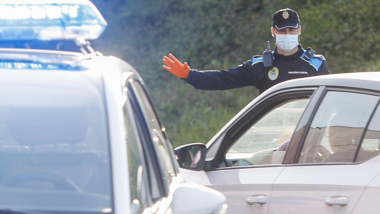 Un empleado de una farmacia, mostrando los dos tipos de mascarillas más demandados