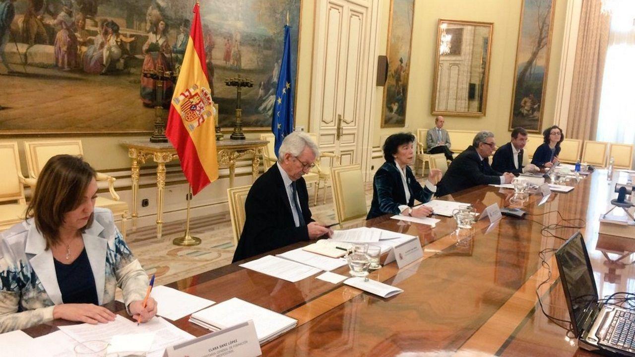 La ministra de Educación, Isabel Celaá, en el centro, junto al secretario de Estado de Educación, Alejandro Tiana (a su derecha) al inicio de la reunión con los consejeros autonómicos para hablar del curso y la selectividad