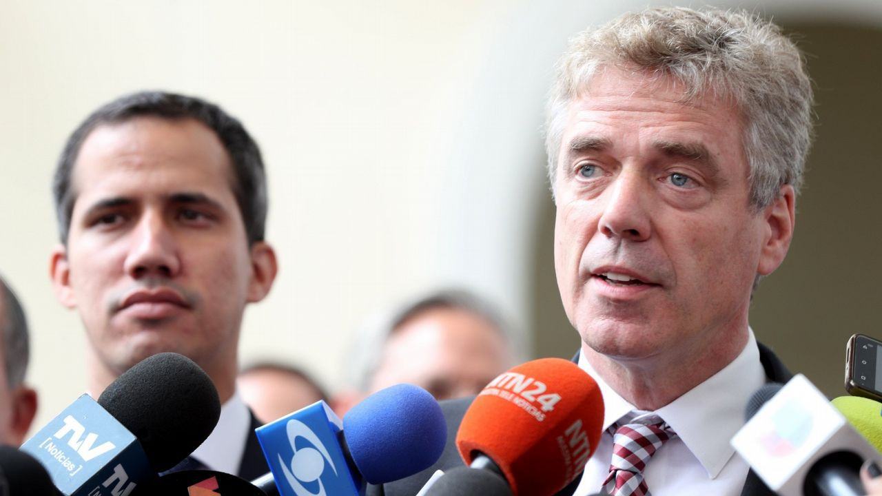 El embajador de Alemania en Velezuela, Daniel Martin Kriener, habla con los medios tras reunirse con Juan Guaidó el pasado 19 de febrero