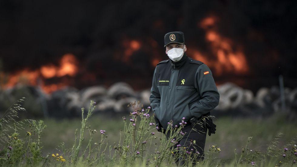 Espectacular incendio en el cementerio de neumáticos de Seseña
