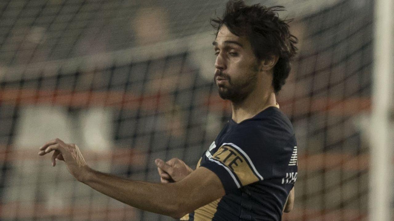 Arribas Alex Lopez Real Oviedo Extremadura Carlos Tartiere.Egea da una charla a su plantilla sobre el césped del Carlos Tartiere