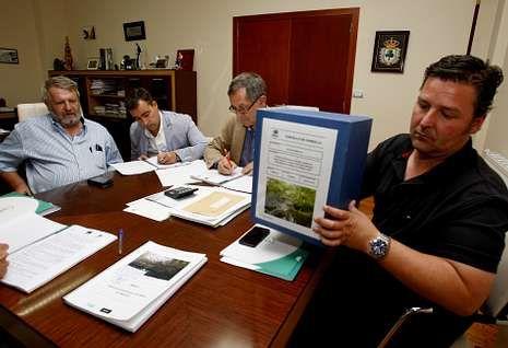 Luis Lamas, Diego Vázquez, Evencio Ferrero y Ángel Vázquez, ayer, en la firma del contrato.