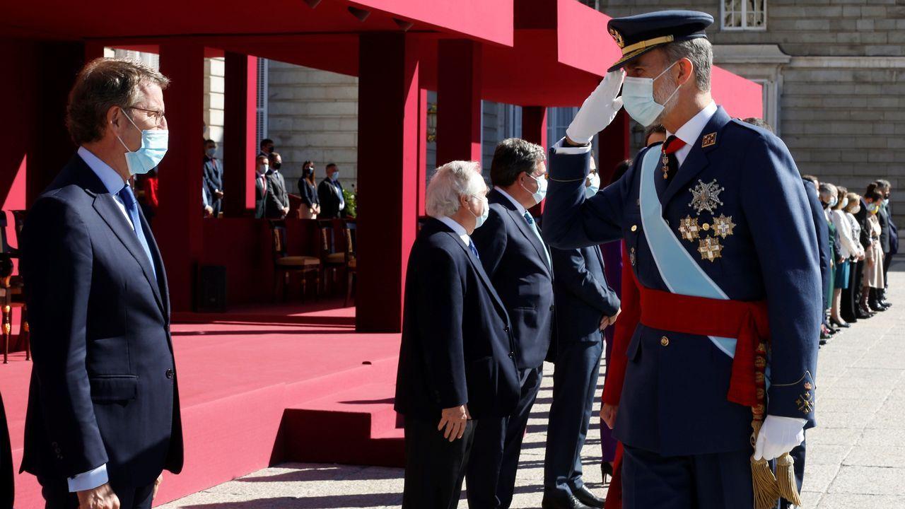 Letizia tira de fondo de armario.Felipe VI saluda al presidente de la Xunta, Alberto Núñez Feijoo, durante la celebración de la Fiesta Nacional en el palacio real