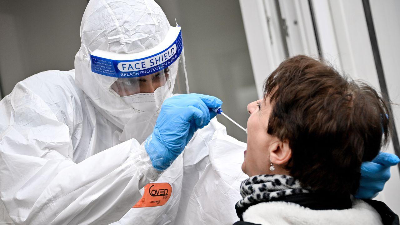 Un sanitario toma una muestra en un punto móvil de test en la ciudad de Colonia