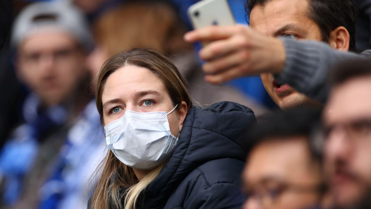 Empleados de una empresa californiana cosen mascarillas para hacer frente al coronavirus
