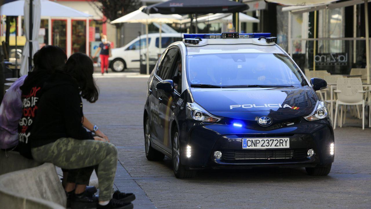 Un coche de policía en el barrio de A Milagrosa
